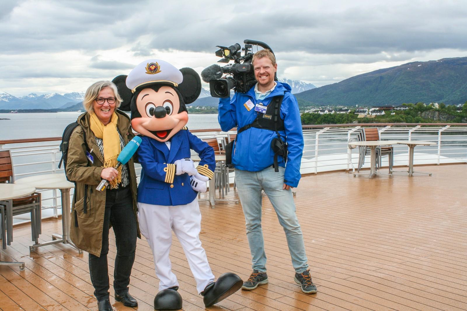Her reporter Gunhild Sætre, Mikke Mus og NRKs fotograf Øyvind Sæbjørnsen.