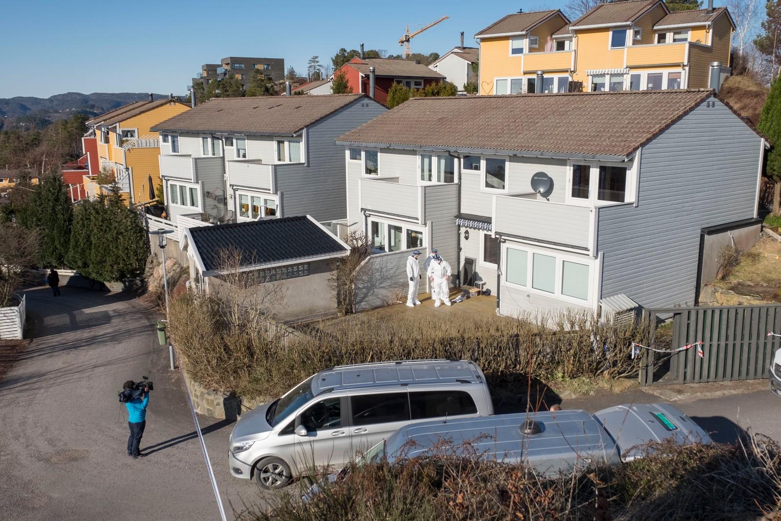 Politiets teknikere jobber på åstedet på Hånes i Kristiansand der en mann i 60 årene ble drept sent fredag kveld. Foto: Tor Erik Schrøder / NTB scanpix