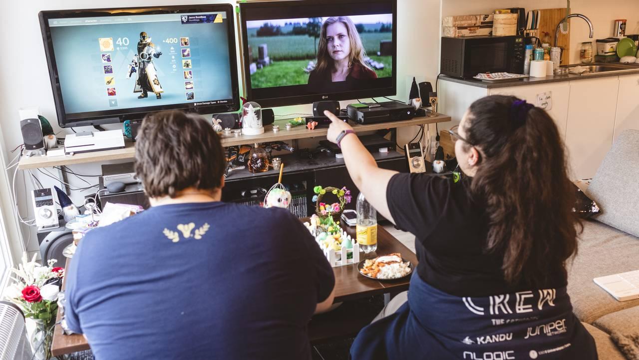 Jan-Erik og samboeren ser på TV
