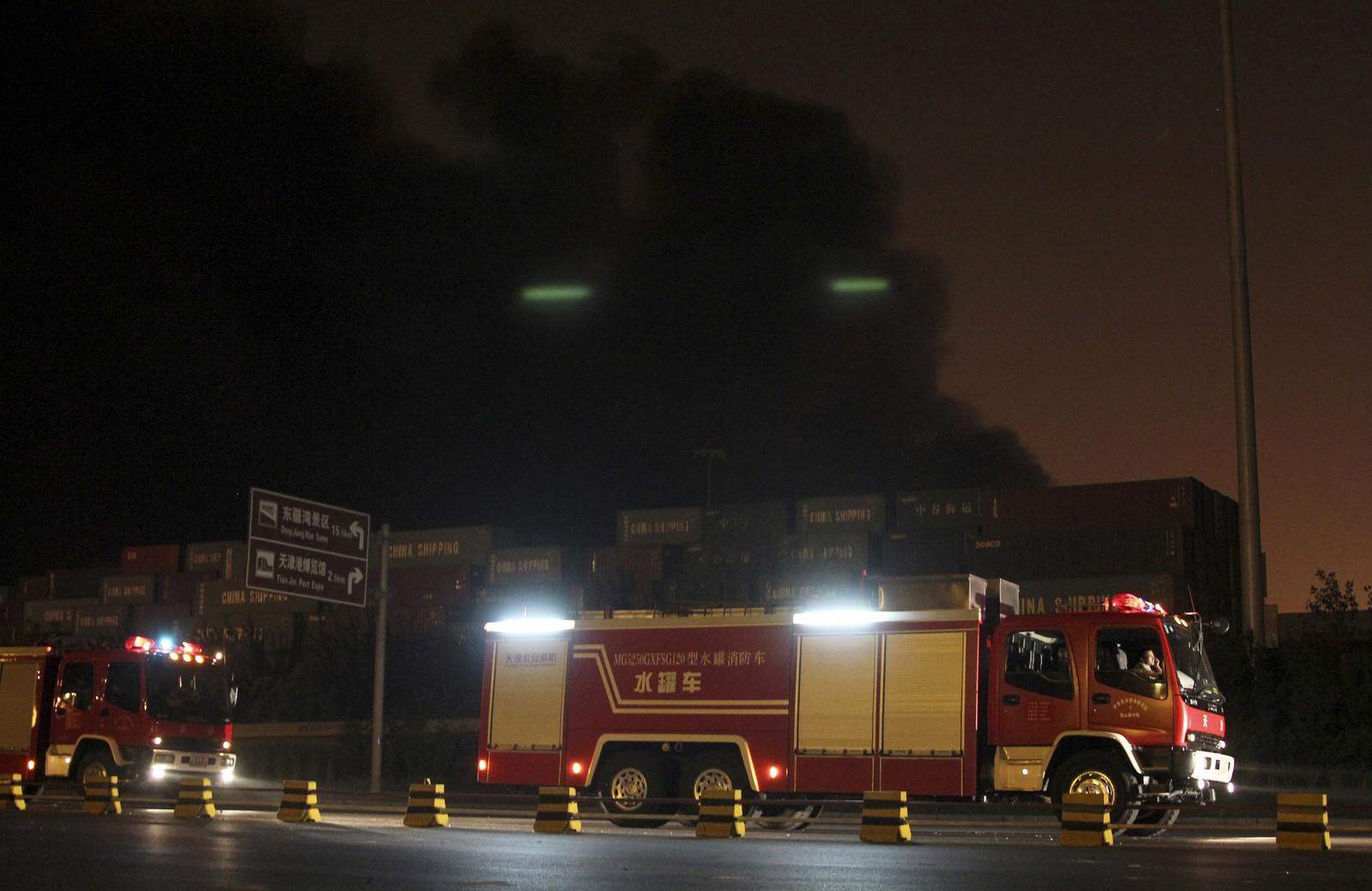 REDNINGSARBEID: Brannbiler på vei til eksplosjonsstedet i Tianjin-prosvinsen.