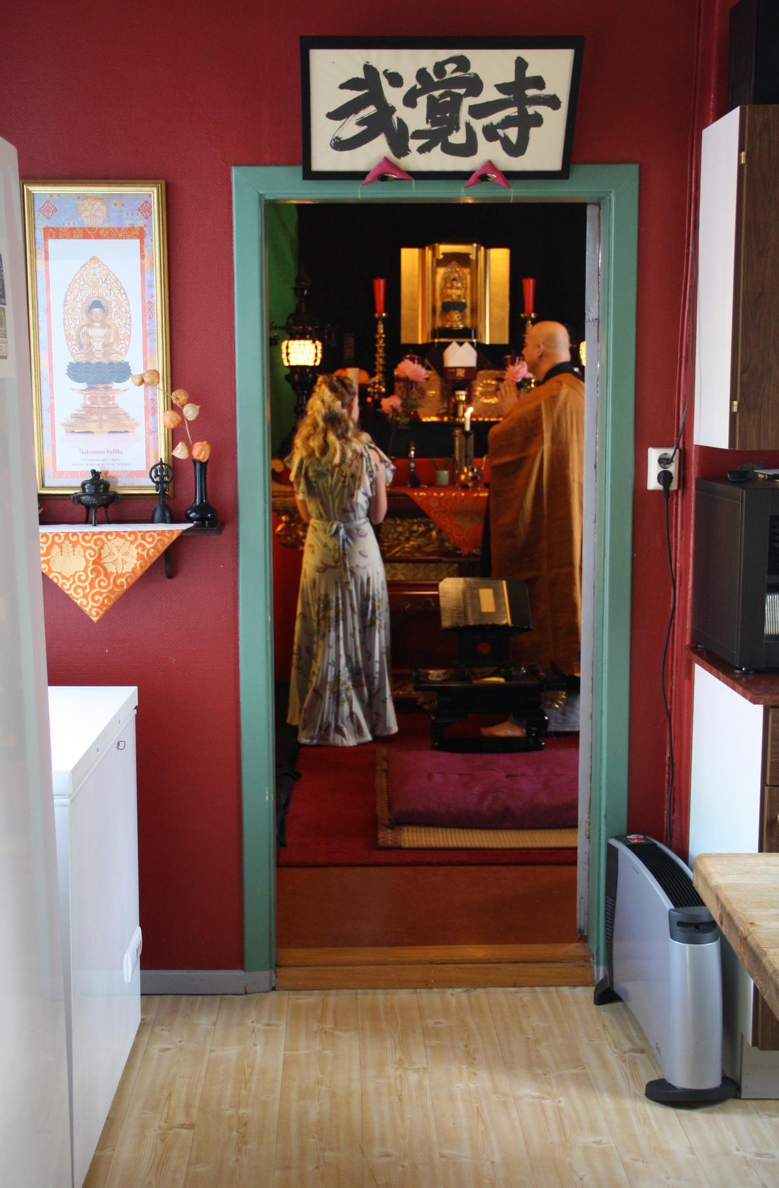 I dette rommet innenfor kjøkkenet hjemme hos Såzen Larsen Kusano ligger Den norske sotozen buddhistordens tempel. Det er her Thea skal konfirmere seg.