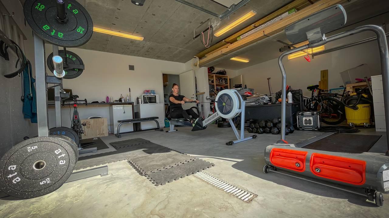 Med tredemølle, romaskin og store vekter er det ikke plass til bilen i garasjen til Mary-Lou Meixer på Gåseidneset i Ålesund.