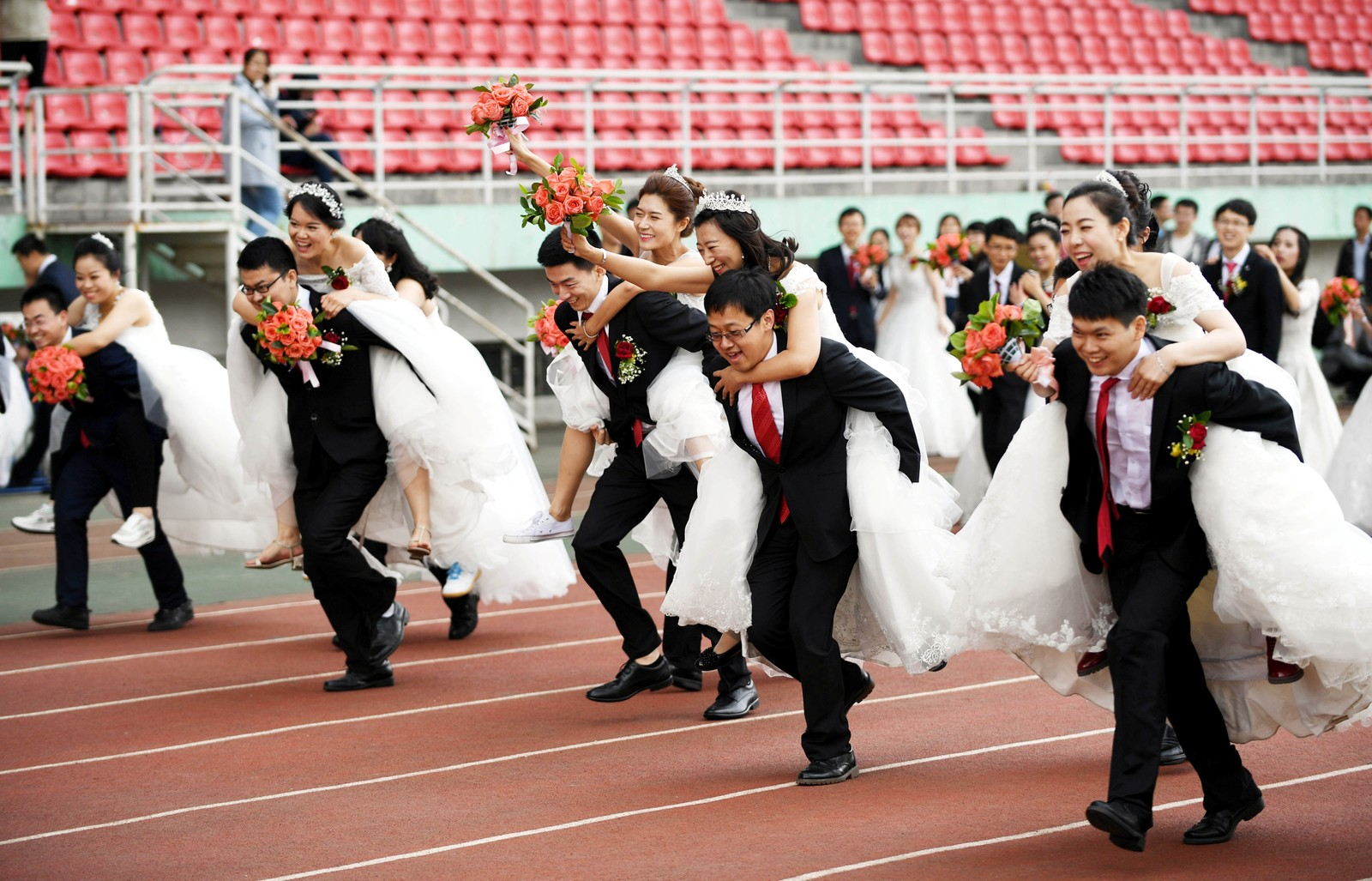 Konebærekonkurranse ved et kinesisk universitet der 64 par gifta seg samtidig.
