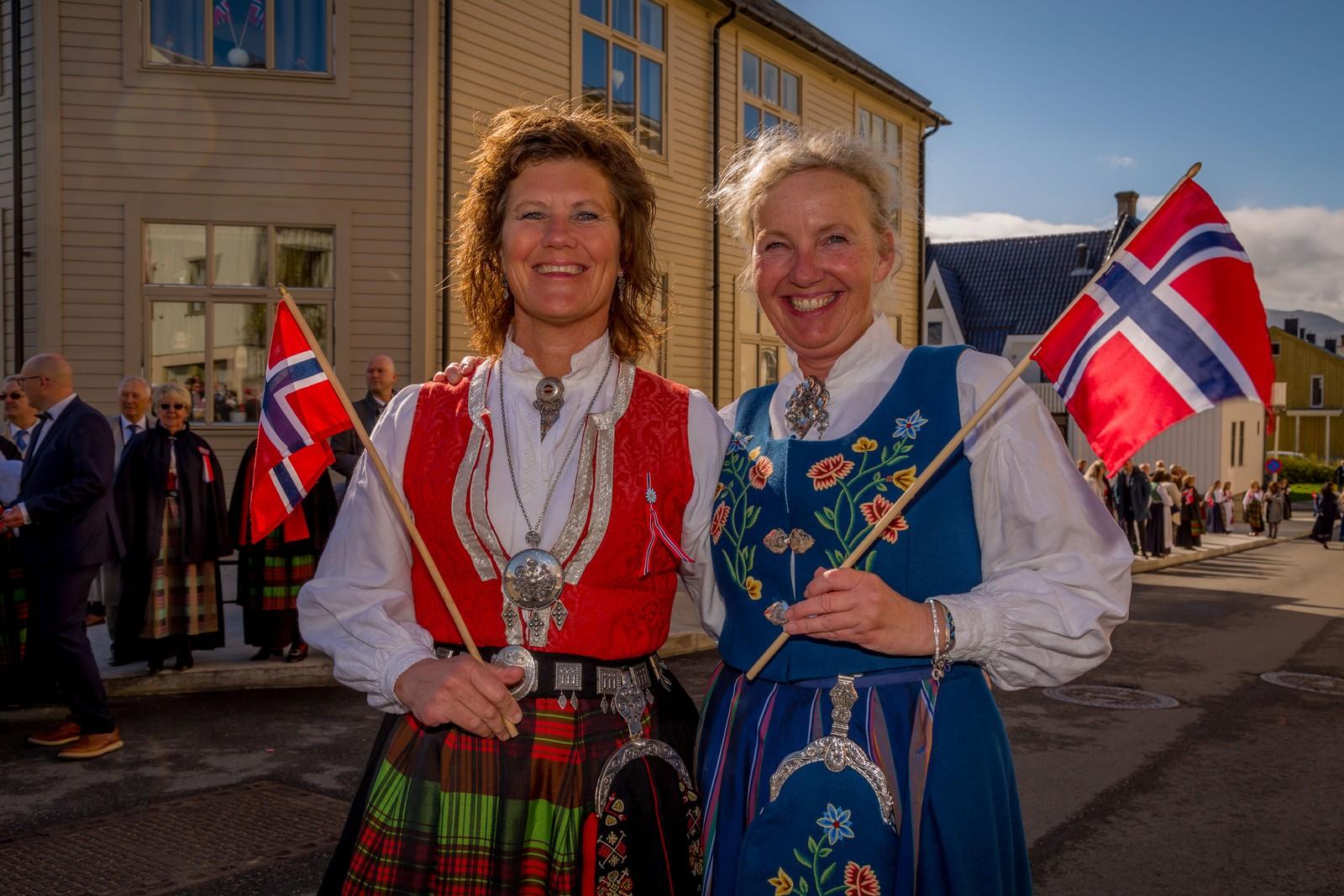 Elin Maridal og Siw Grete Hansen klar for å se på barnetoget.