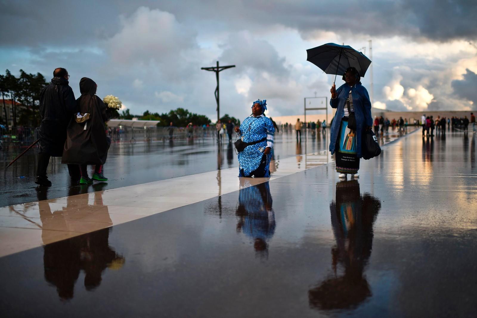 En kvinne fra Angola går på knærne mot Åpenbaringenes kapell i Fátima mens hun ber om tilgivelse for sine synder. Stedet lokker til seg flere millioner kristne hvert år. Stedet anses som hellig fordi tre hyrdebarn sa at de så jomfru Maria her for 100 år siden. To av de tre barna skal få helgenstatus den 13. mai.