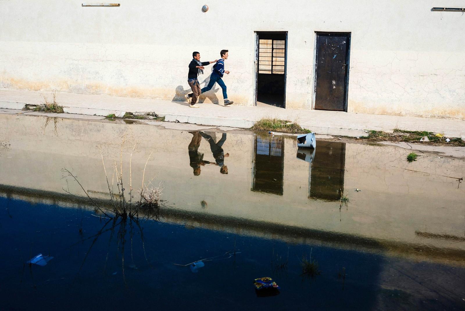 Irakiske studenter utenfor en skole i Mosul.