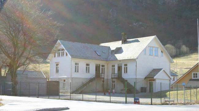 Stongfjorden skule. Skulehuset vart bygt i 1918 og er seinare påbygt. Foto: Ottar Starheim, NRK.