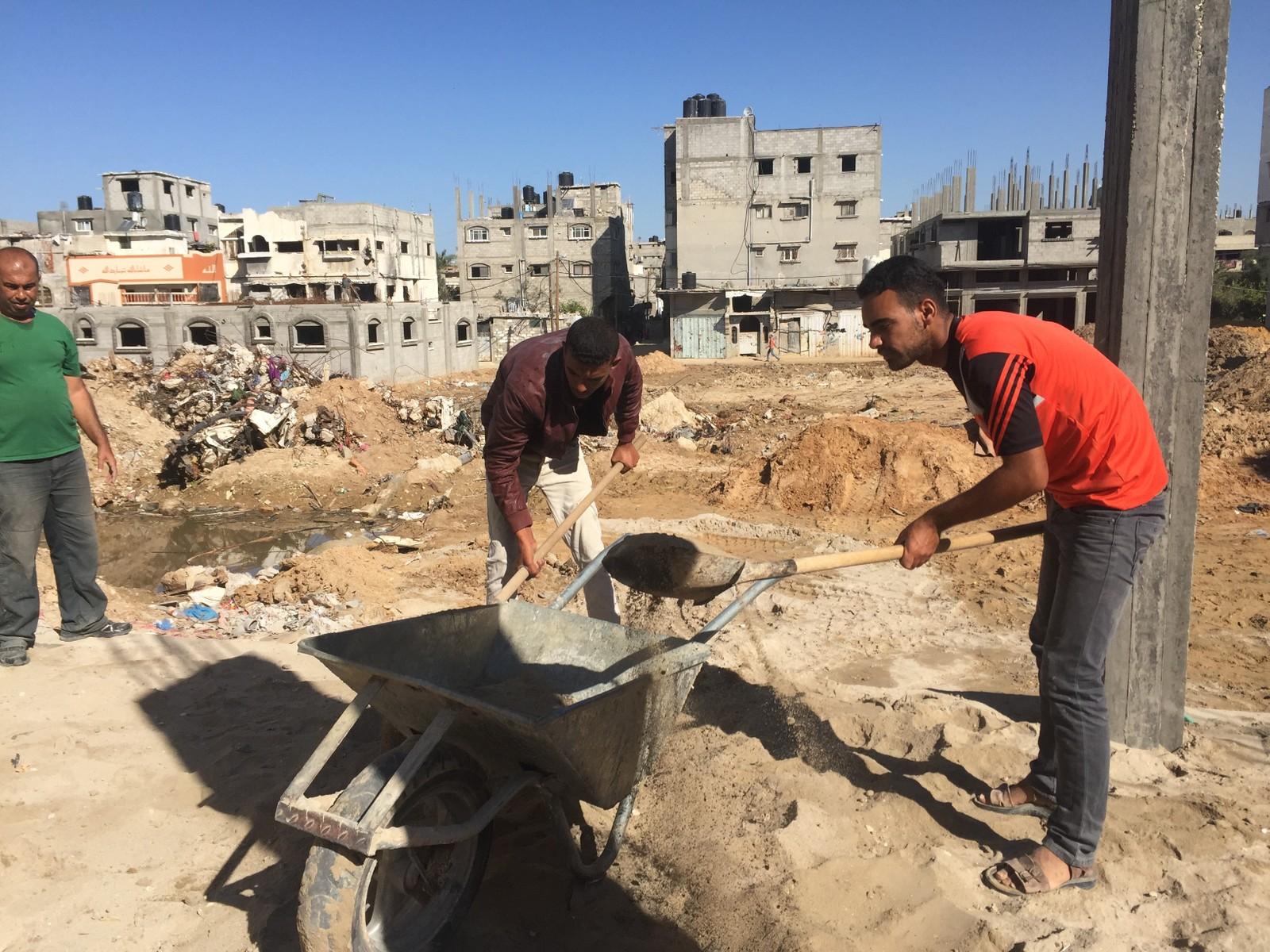 Tilgangen på byggemateriale er varierende, men nå har Ahmed Thatha tilgang på sement og kan fortsette å bygge opp huset.