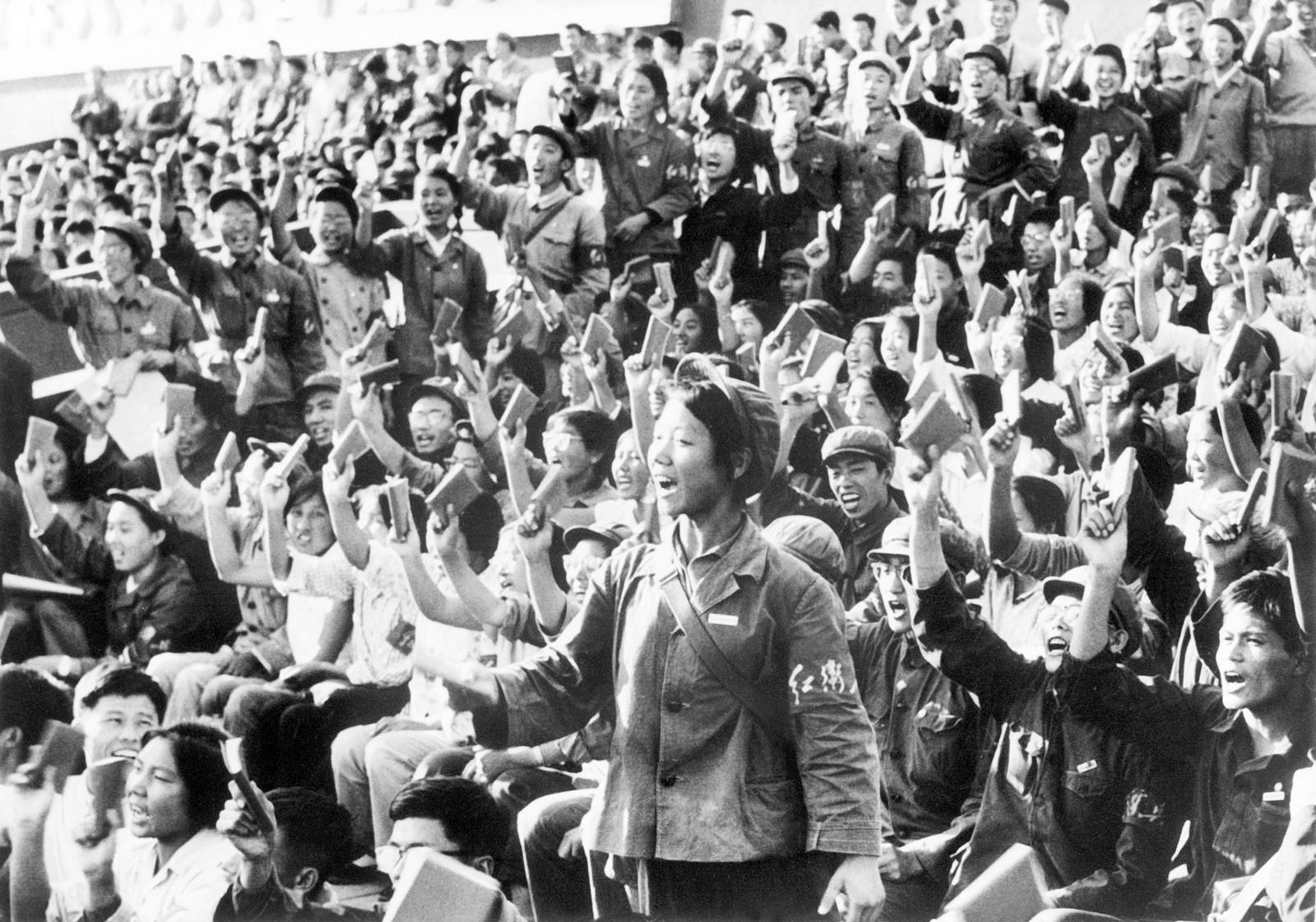 Entusiastiske rødegardister med «Maos lille røde» i Beijing i september 1966.