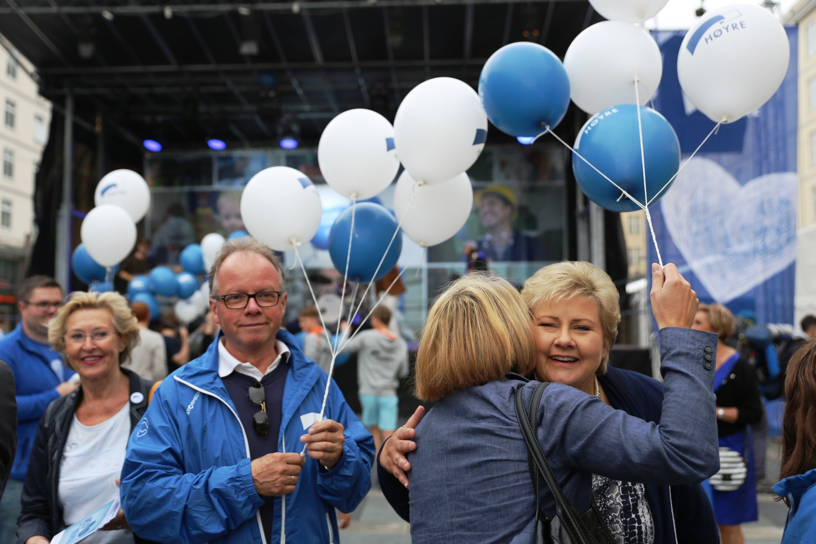 Statsminister Erna Solberg gir klem til en av velgerne.