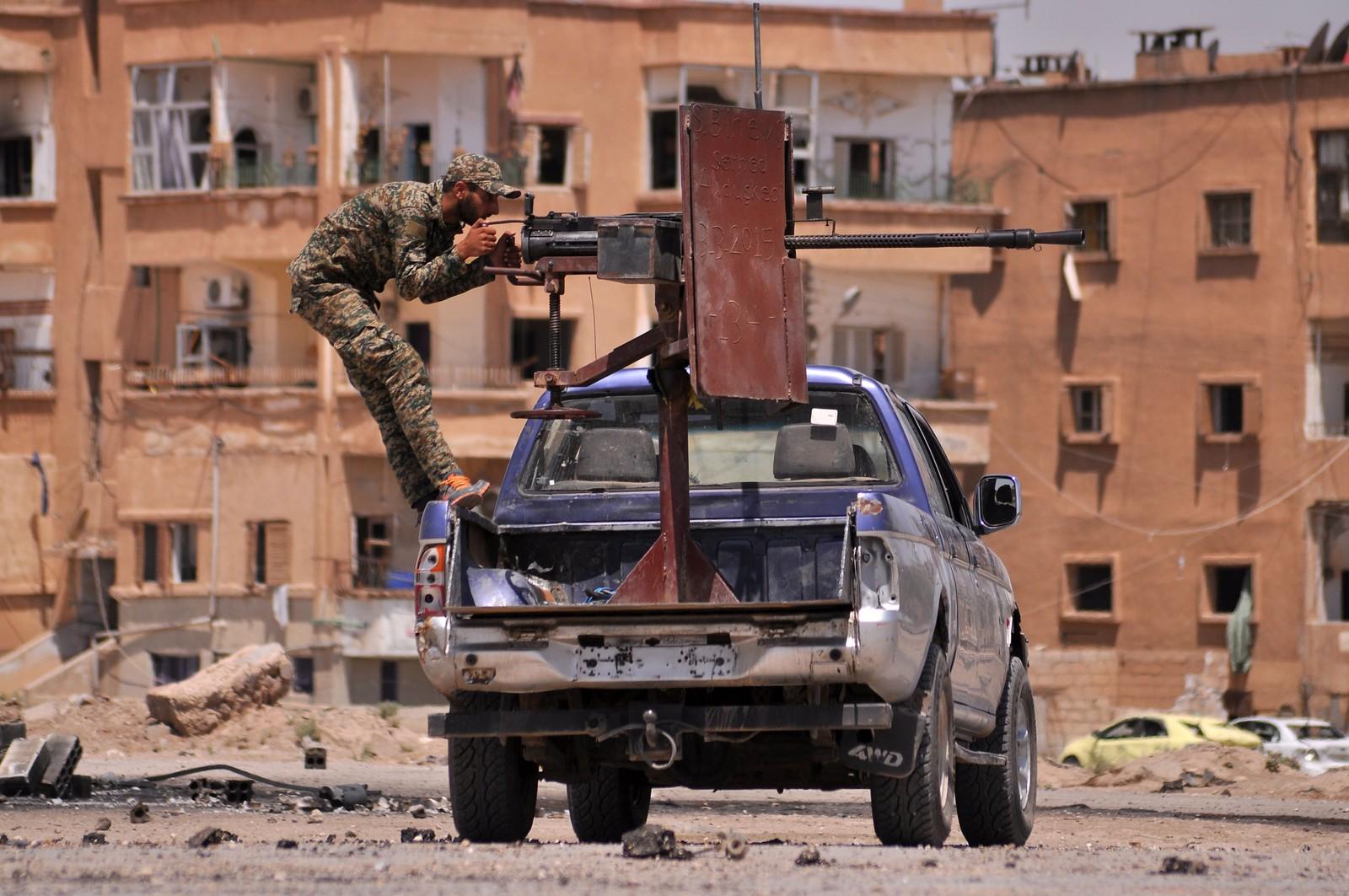 Et medlem av den kurdiske militsgruppen YPG i Al-Nashwa-området, nordøst i den syriske provinsen Hasakeh.
