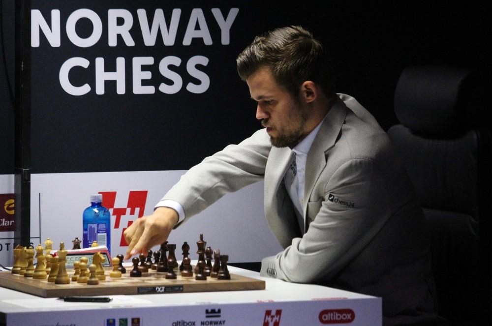 Carlsen snudde til seier etter supert forsvar: – Tidenes svindel