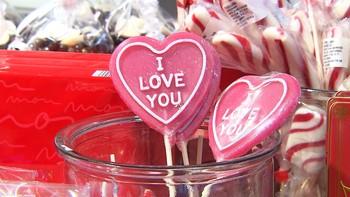 På søndag er både morsdag og Valentinesday. Mens morsdagen har lange tradisjoner, er det stadig flere som også gjør det lille ekstra på Valentinesday.