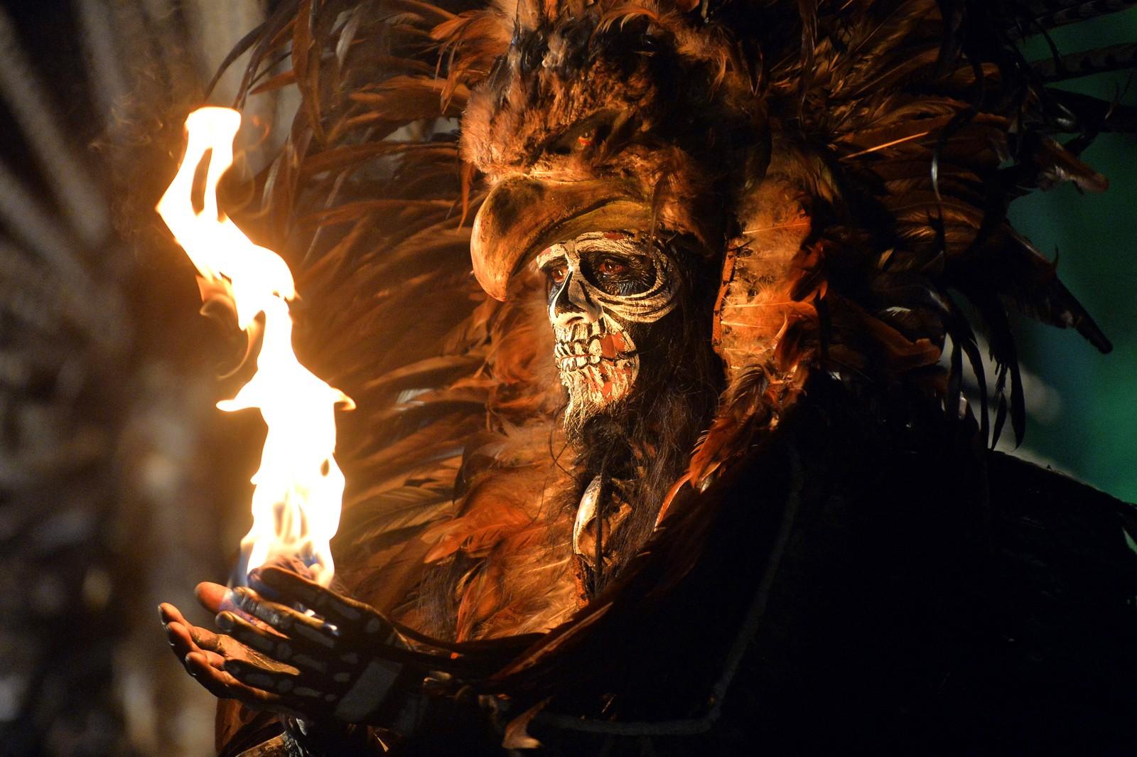 En danser viser fram en ilddans under Mexico Fashion Film Festival.
