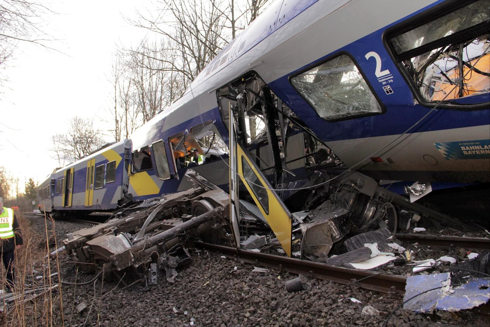 Det ene toget sporet av, og flere av vognene veltet på grunn av kollisjonen.