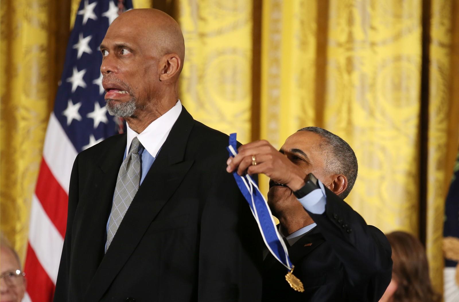 """Et stort øyeblikk. President Barack Obama gir """"the Presidental Medal of Freedom"""" til basketlegenden Abdul-Jabbar i Washington. Det er den mest høythengende utmerkelsen en amerikansk sivilist kan få."""
