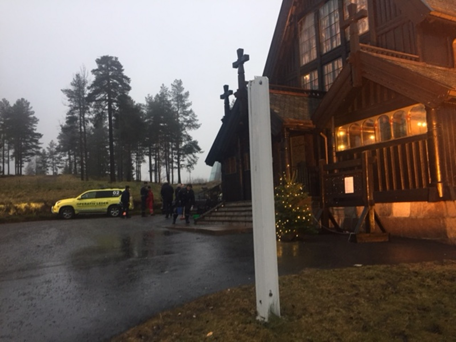 – Det blåste kraftig her, og flagget er forholdsvis stort. Det brakk visstnok på toppen av festet, sier organist Petter Amundsen til NRK.