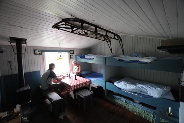 Skåpet er utstyrt med bilder av Amundsens Sørpolekspedisjon -  Foto: Kjell Helle-Olsen