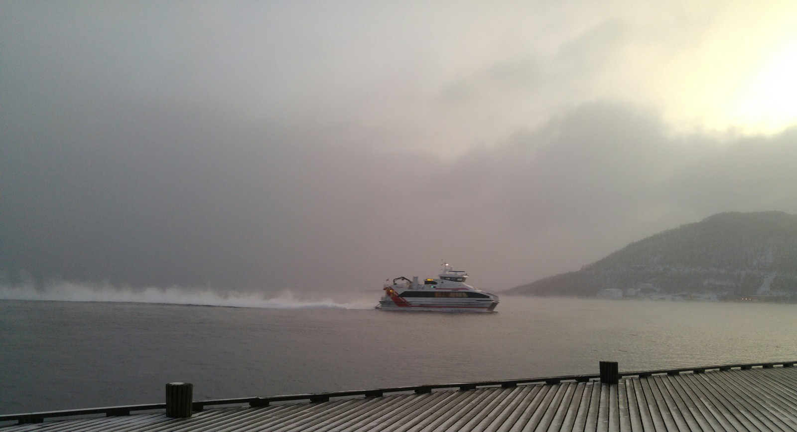 Kaldt var det også i Harstad. her tøffer hurtigbåten avgårde.