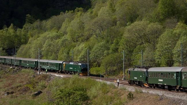Dei to togsetta på Flåmsbana møtest på Berekvam, den einaste staden på strekninga der det er dobbeltspor. Foto: Ruth Munk Jensen, NRK.