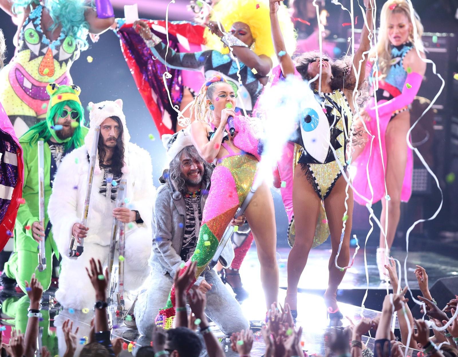 Miley Cyrus (i midten) og Wayne Coyne fra The Flaming Lips med en opptreden innimellom alle prisene.