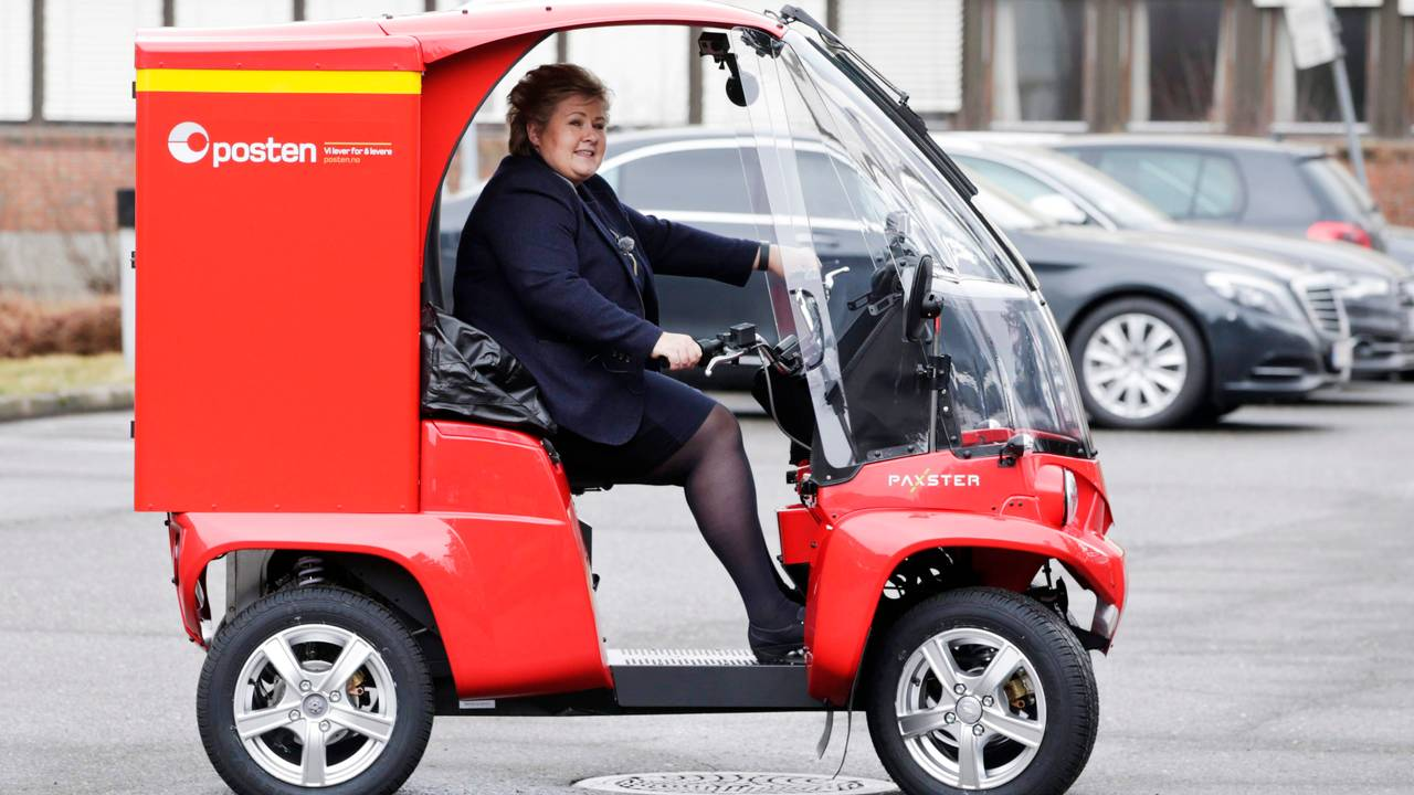 Erna Solberg prøvekjører en postbil