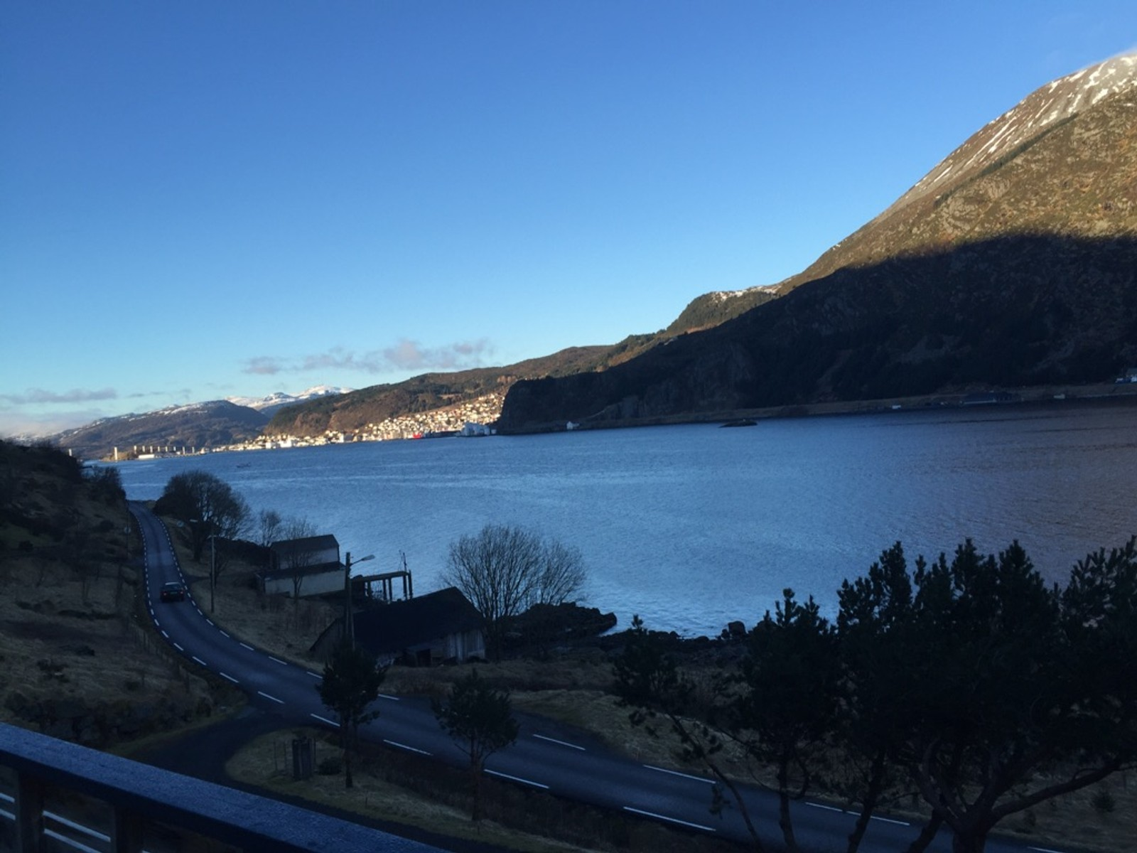 Flott ver i ytre nordfjord. Måløy ligg bada i sol og på Saltkjelen er det tre grader og laber bris, skriv Helge Hansen om dette biletet som er teke onsdag morgon.