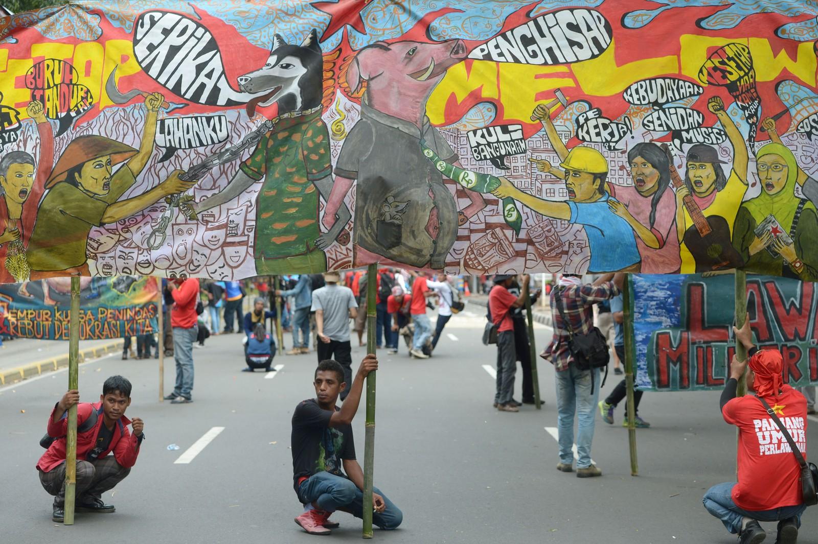 Indonesiske arbeidere og aktivister deltar i en markering av 1. mai, arbeidernes dag, i Jakarta søndag.