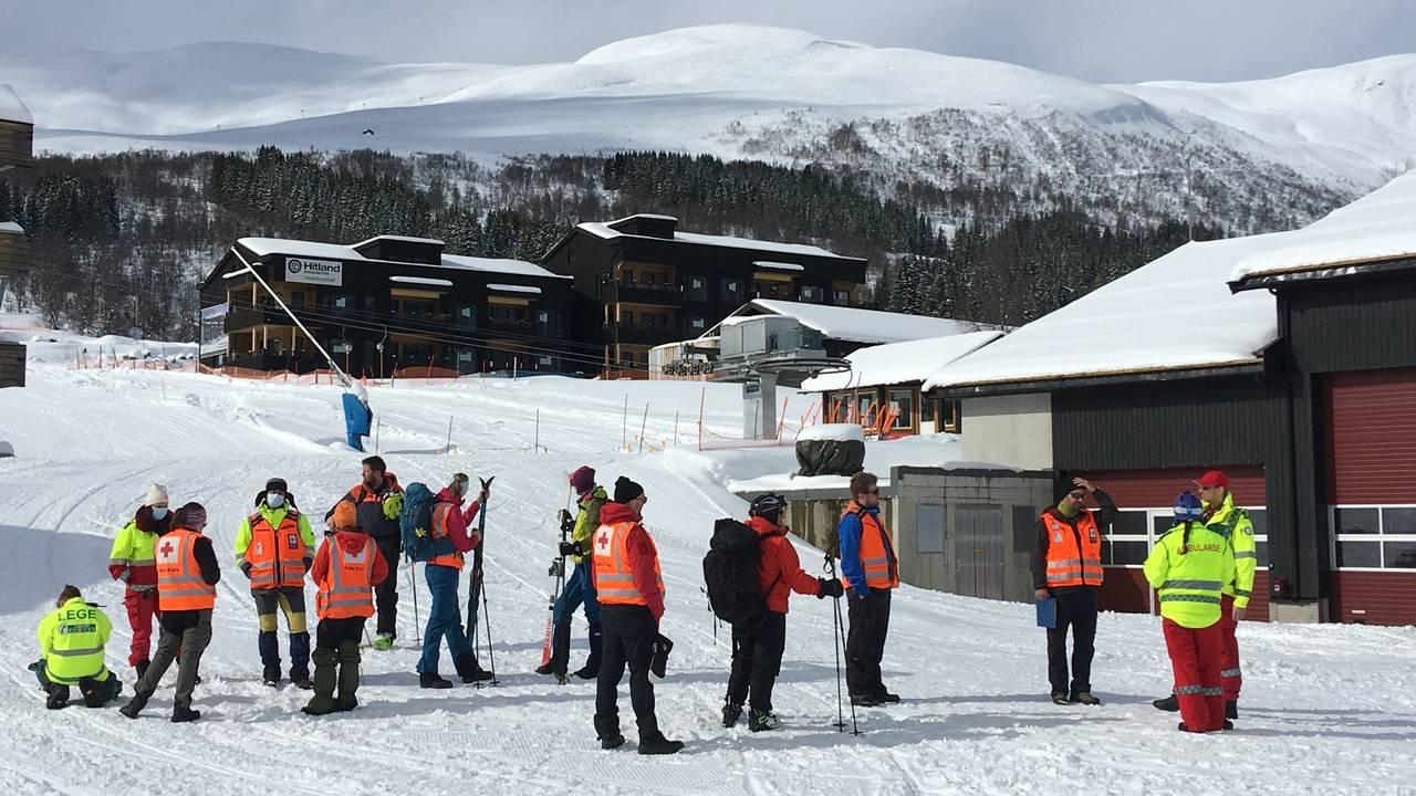 Snøskred i Myrkdalen. Leitemannskap er på plass.