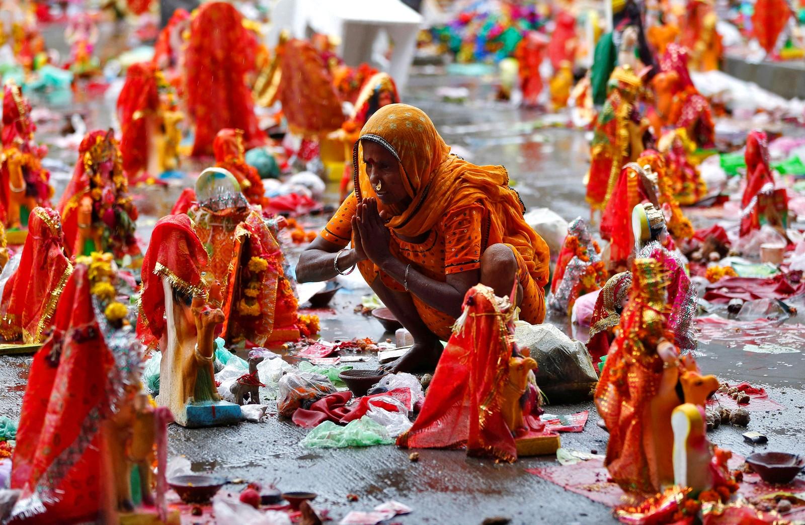 """Festivalen """"Dashama"""" i i Ahmedabad i India. Hinduer har idoler av gudinnen Dasham i hjemmene sine i ti dager før de setter dem opp langs elven Sabarmati."""