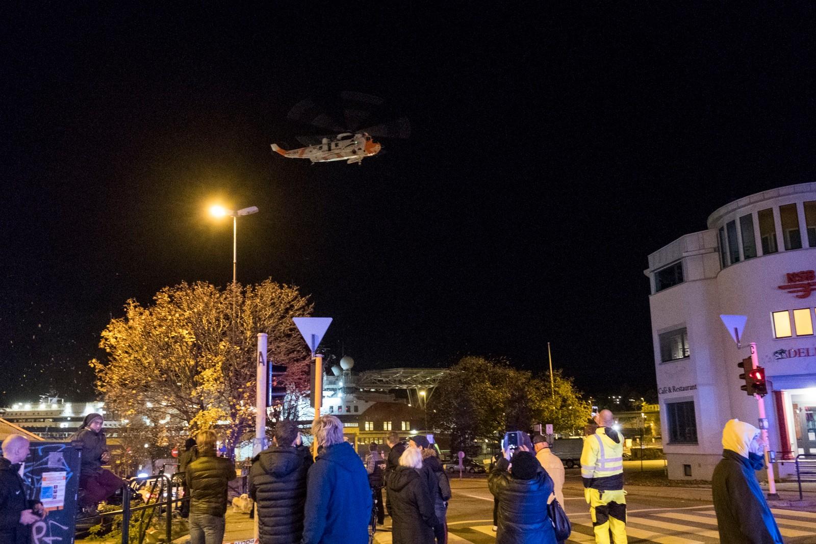 Et Sea King redningshelikopter ble kalt inn for å søke på takene i brannområdet og sjekke om noen hadde søkt tilflukt der.