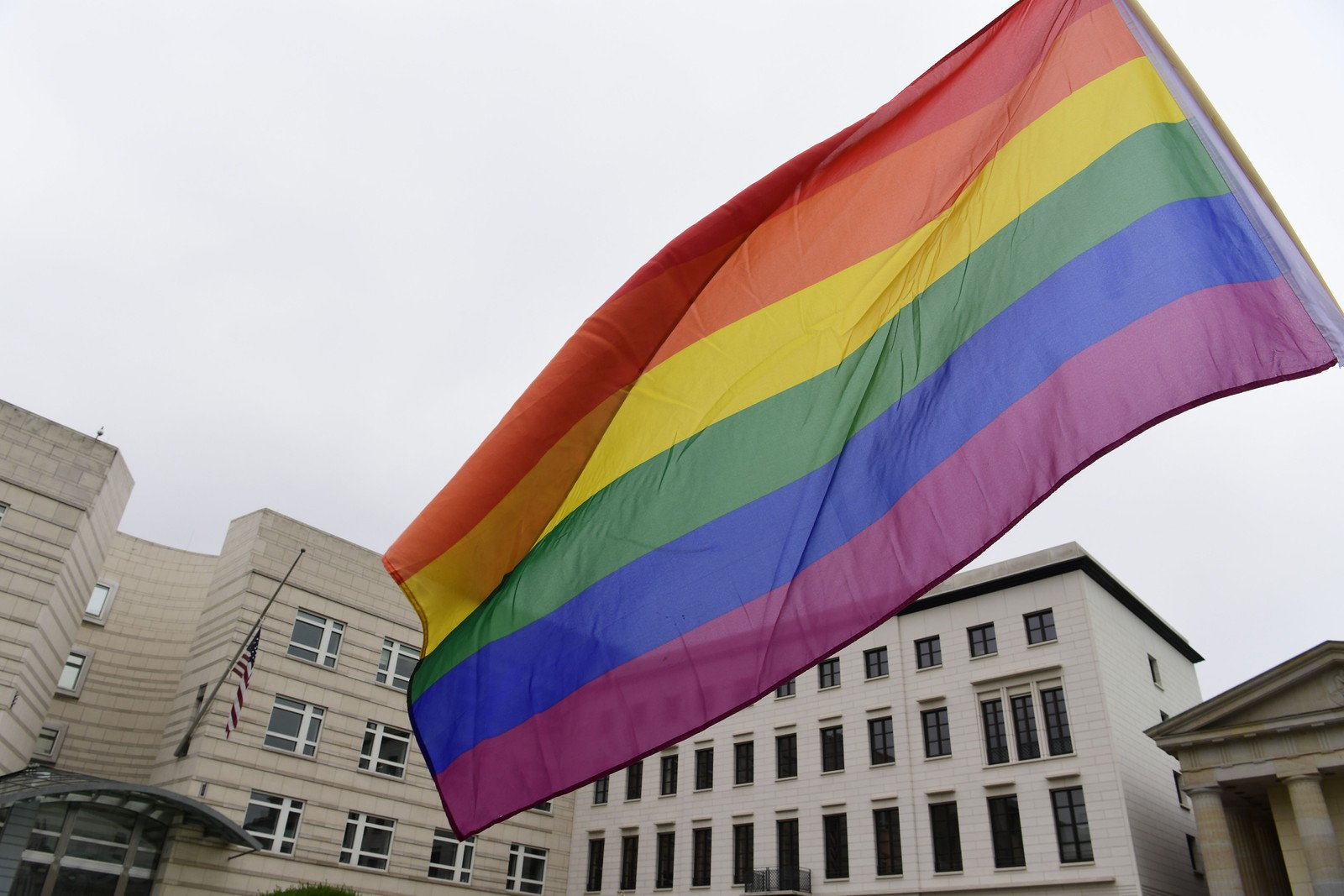 TYSKLAND: Regnbueflagget pryder den amerikanske ambassaden i Berlin mandag.