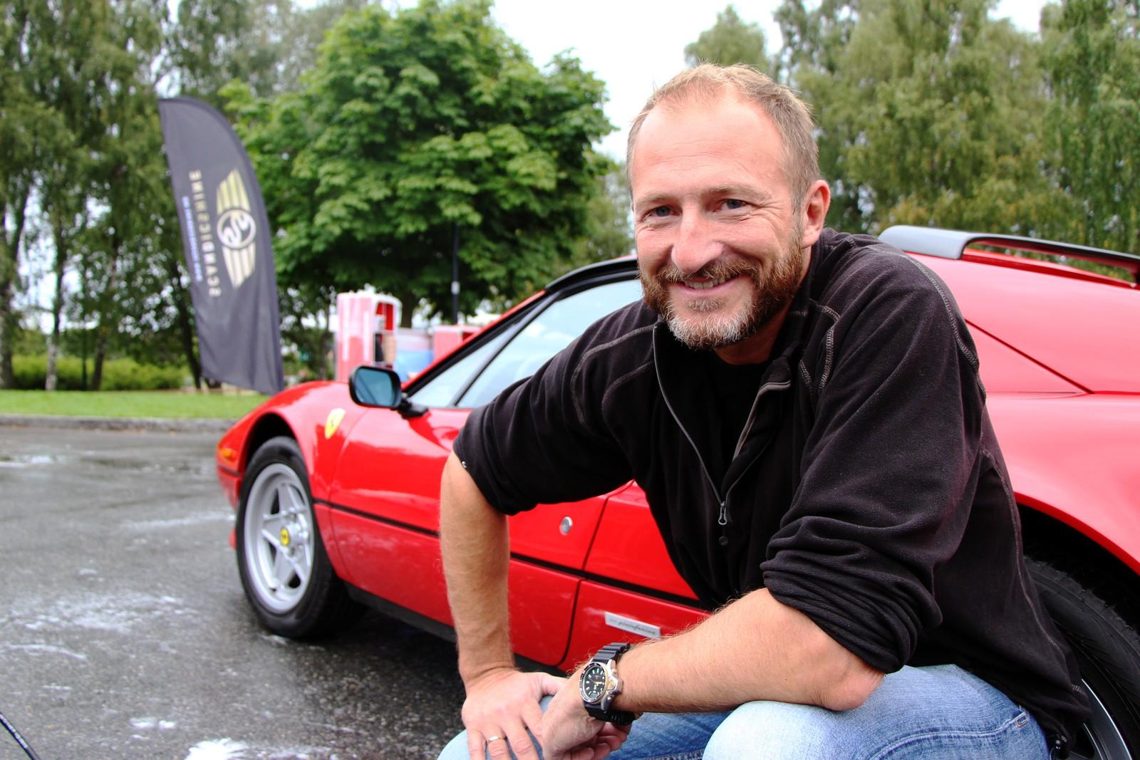 - I denne bilen har passasjerene stort sett vært over 80 år gamle, sier en kanskje litt skuffet Sverre Nystad på spørsmål om han drar damer med sin Ferrari.