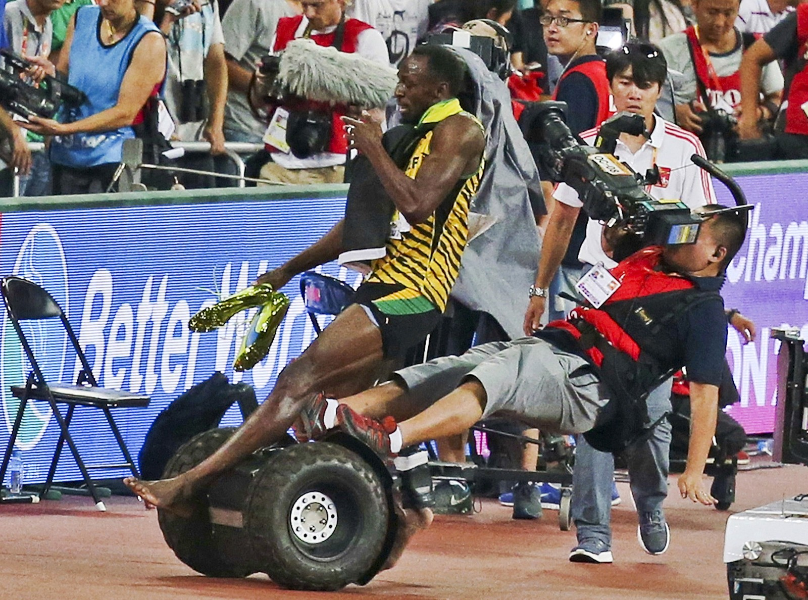 Rett etter at han løp inn til VM-gull på 200 meter ble Usain Bolt påkjørt av en TV-fotograf på segway. Bildene fra VM i Beijing gikk verden rundt og dagen etter fikk kameramannen sagt unnskyld til en uskadet Bolt.