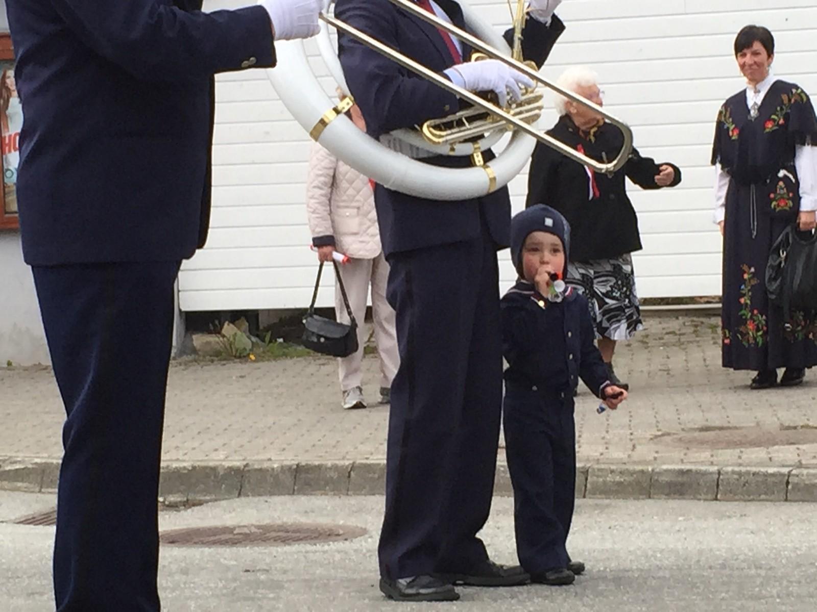 Ein liten gut stilte seg opp og spelte på 17-maitut i takt med bestefaren, som spelte tuba i Måløy Musikklag før det felles folketoget i Vågsøy starta.