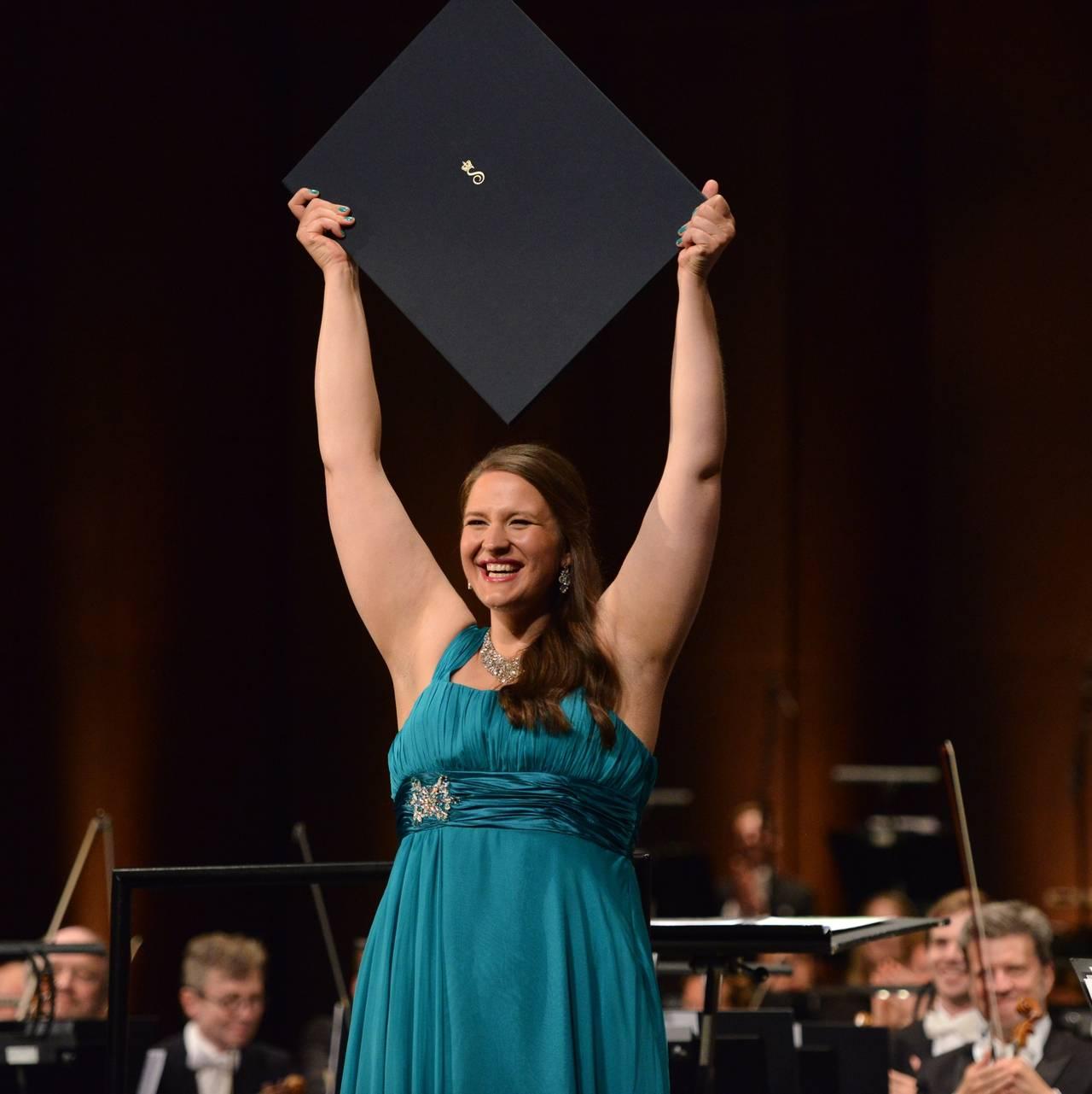 H.M. Dronning Sonja overrekker DSIMs førstepris til Lise Davidsen. Foto: Marius Nyheim Kristoffersen