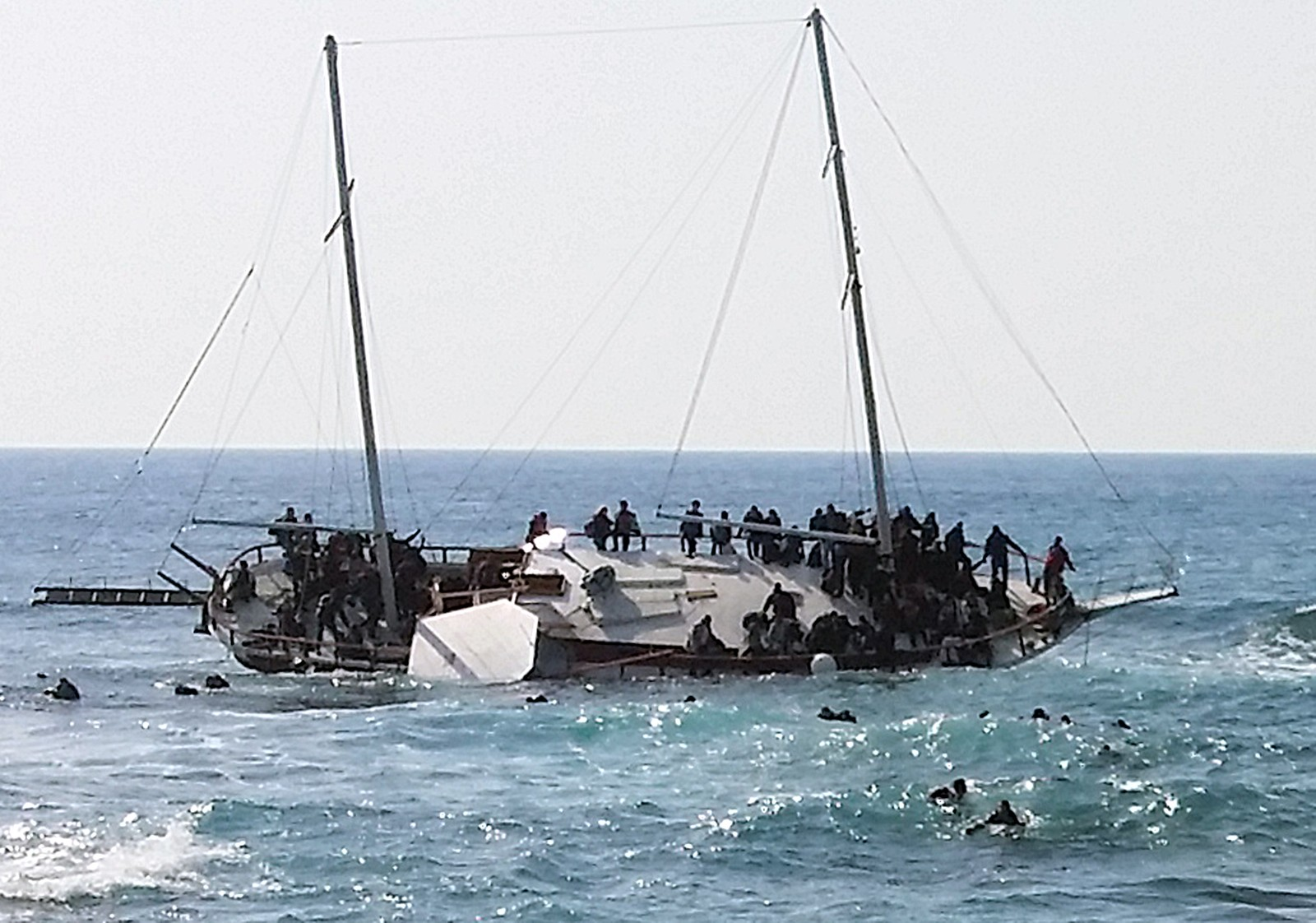 En seilbåt i tre med rundt 200 flyktninger ombord, forliste utenfor den greske øy Rhodos i dag. Mange blir reddet i land. Tre druknet: en mann, en kvinne og et barn. 20. april 2015.