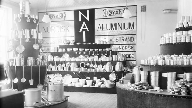 NACO hadde eit eige panneutsal i Høyanger, med produkt frå Nordisk Aluminium Industri i Holmestrand, med merkenamnet Høyang. Foto: Eugene Nordahl-Olsen. Eigar: Hydro/Fylkesarkivet i Sogn og Fjordane.