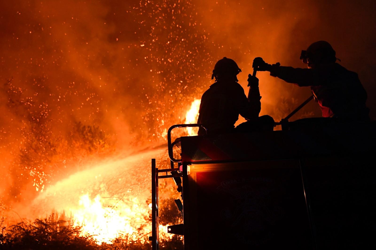 Brannkonstabler forsøker å slukke brannen i Colmeal, 21. juni.