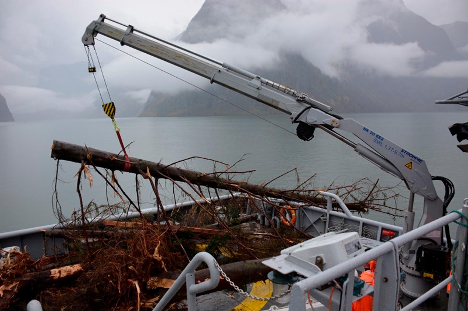TRESTOKKAR: KV Njord har plukka opp både tre og bygningsdelar frå Aurlandsfjorden.