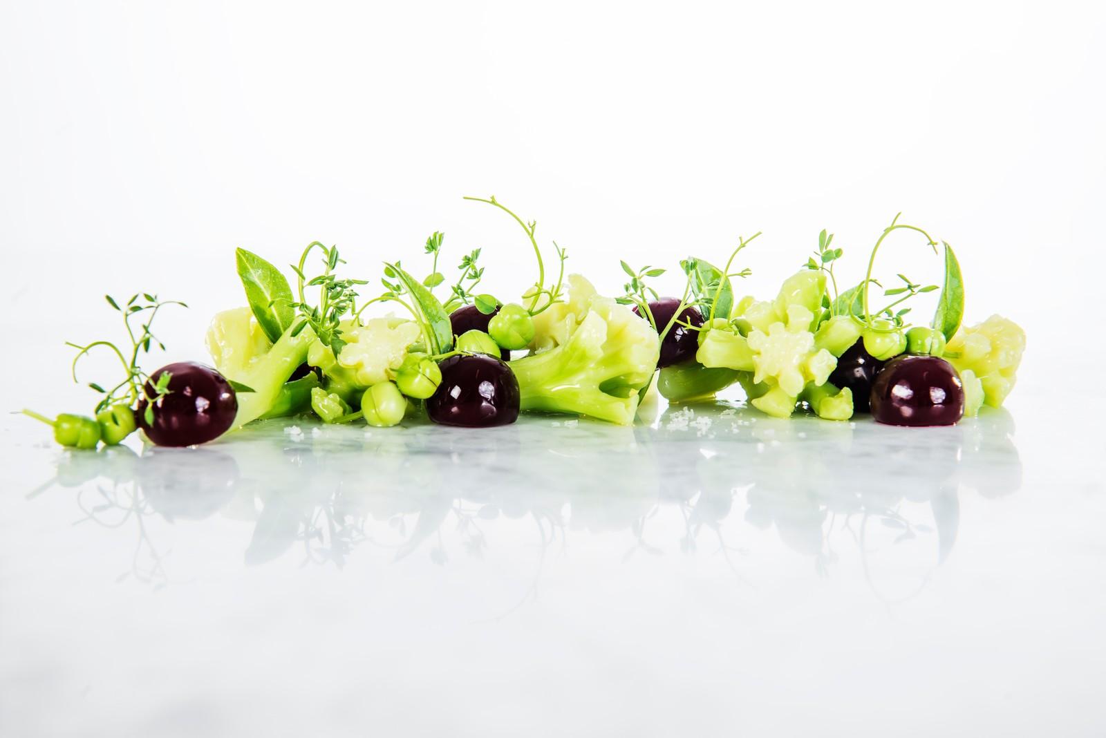 Sesongens grønnsaker i smørsaus (Hummar- og kylling-tallerken)