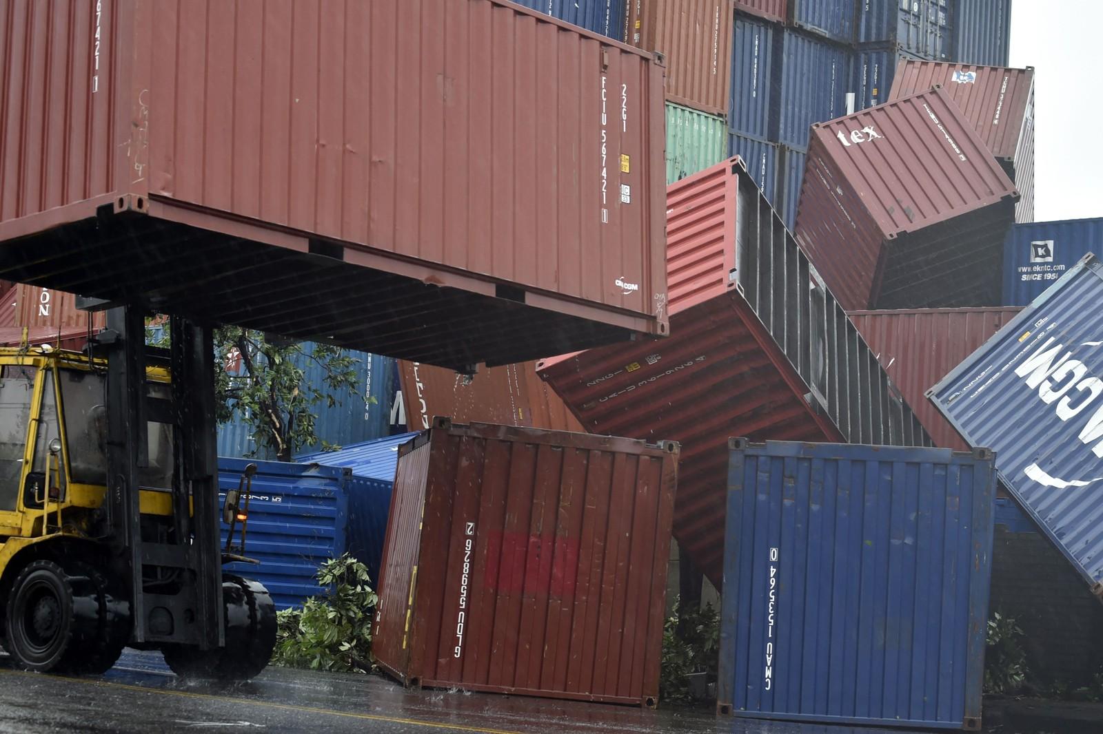 TAIWAN: Vindstyrkene flyttet på shipping-containere ved havnen i Kaohsiung i Taiwan.