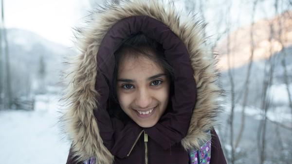 Norsk dokumentarserie.Iman bor på et asylmottak og hun drømmer om å få bli i Norge. Hun liker å spille piano og nå skal hun opptre på en scene. Det både gleder og gruer hun seg til.