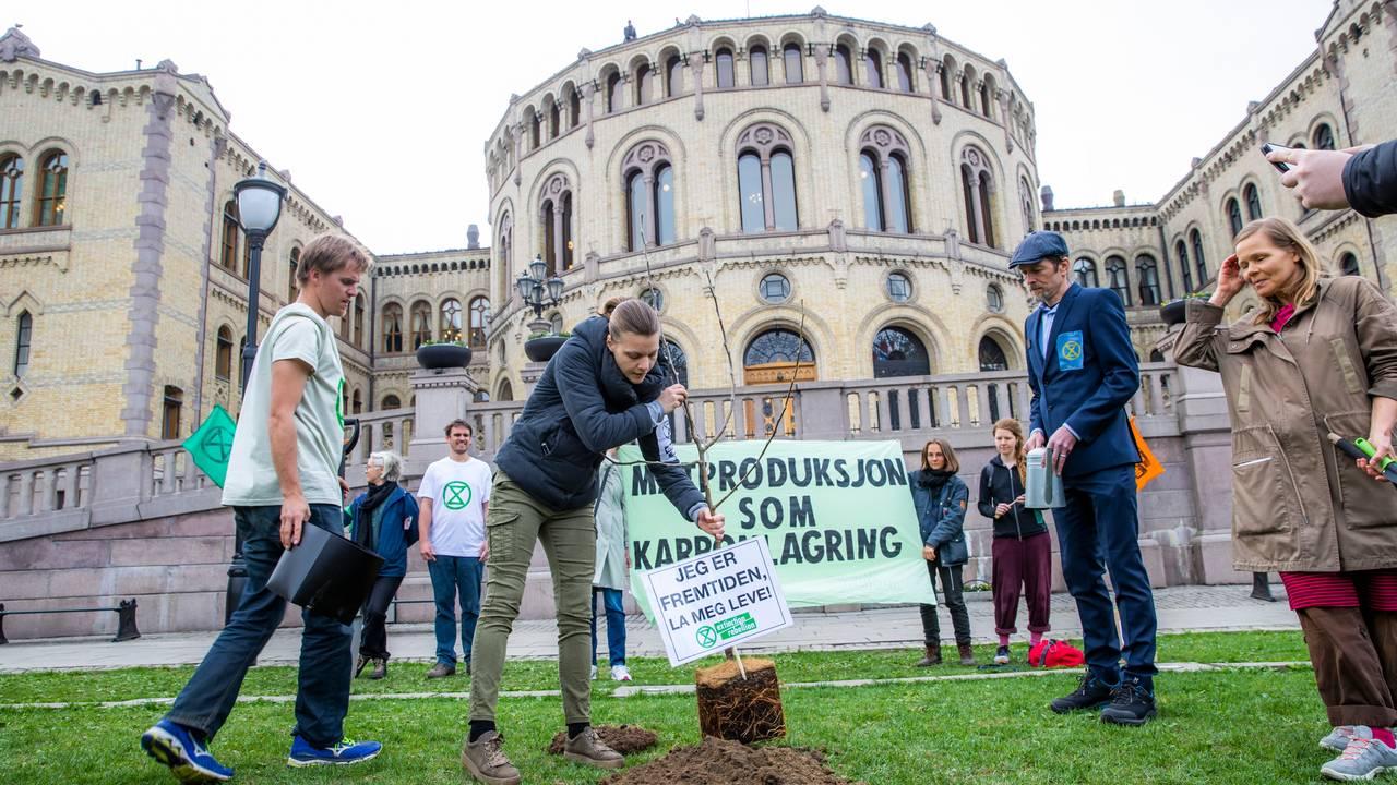 Aksjonsgruppa Extinction Rebellion Norge går til sivil ulydighetsaksjon ved å plante et tre på Eidsvolls plass foran Stortinget i Oslo fredag.