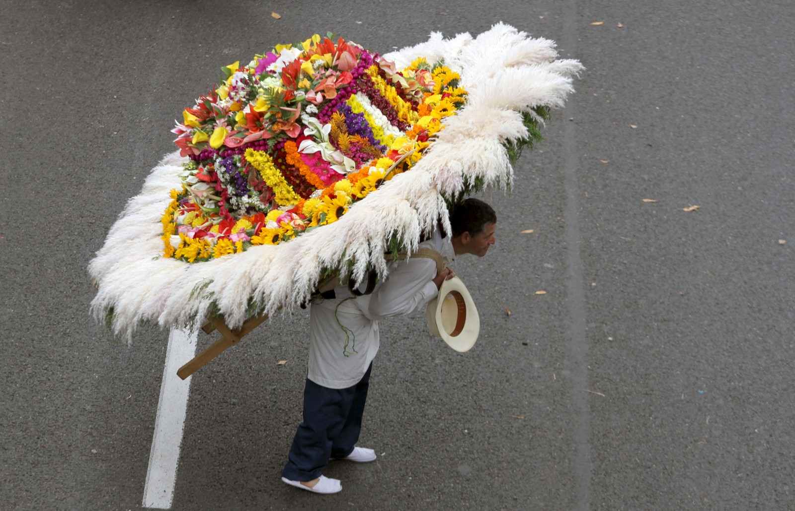 Denne mannen deltoki en blomsterparaden i Medellin, Colombia.