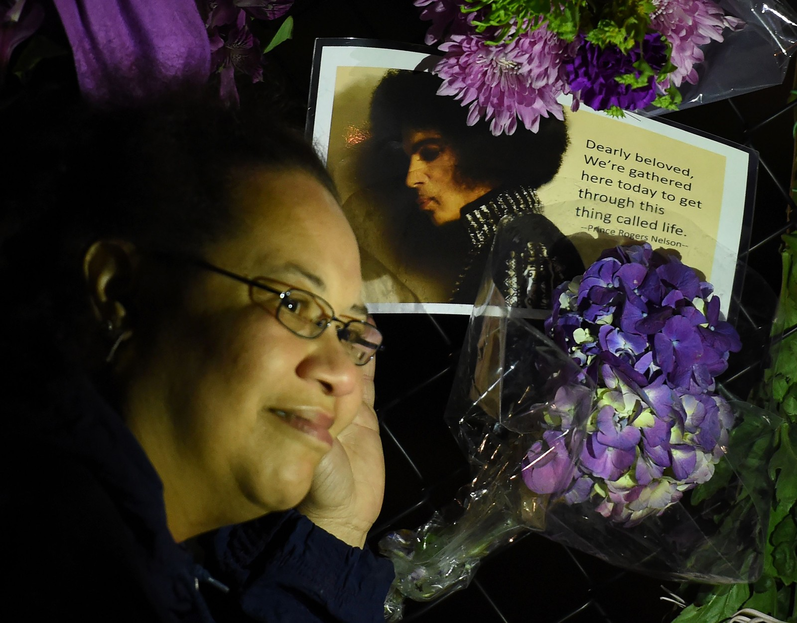 Fans viser sin respekt utenfor artisten Prince's hjem i Minneapolis.