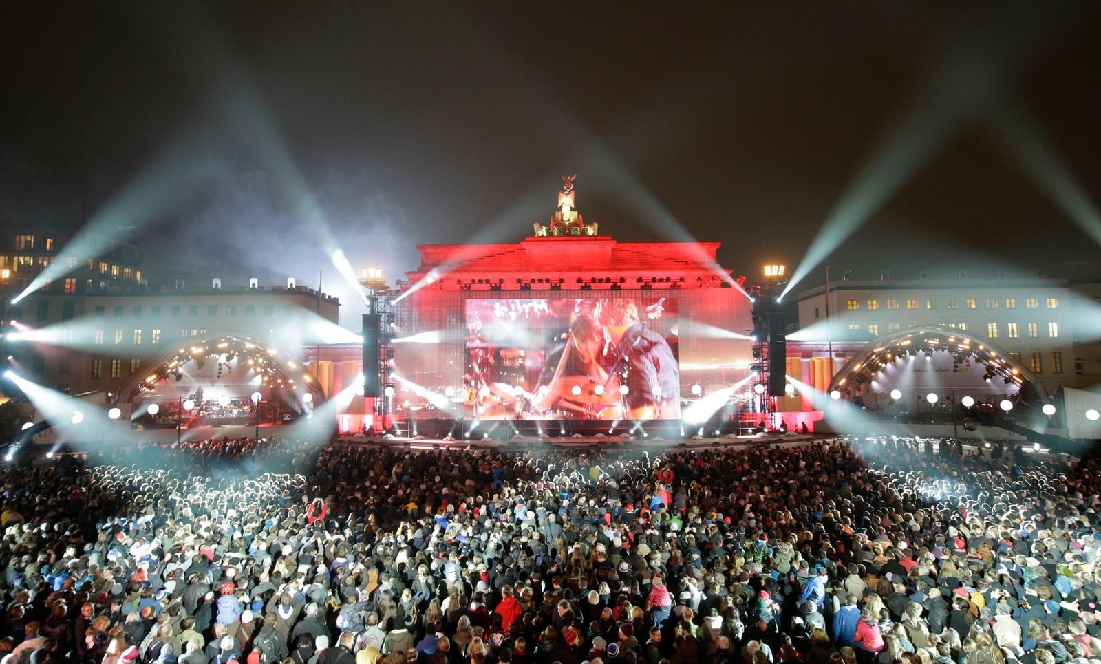 Tusenvis av mennesker deltar på en utendørs folkefest ved Brandenburger Tor i Berlin.