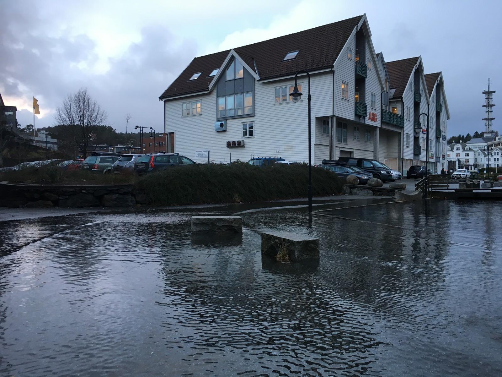RENNER OVER: Under en time senere har vannet steget betraktelig i båthavnen i Leirvik på Stord.