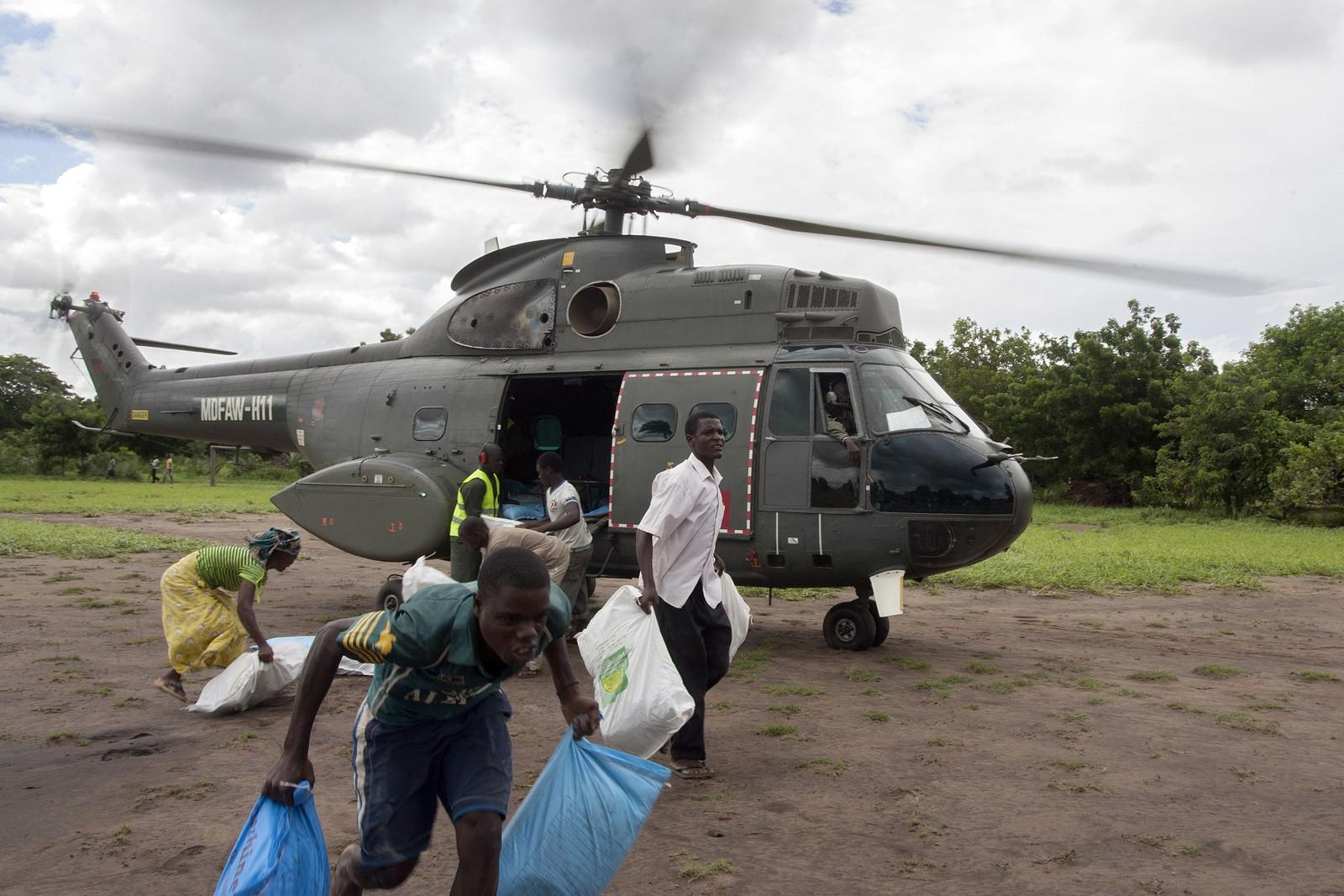 Det er akutt behov for mat i de flomrammede områdene. Energirike kjeks som kan kokes til barnegrøt flys inn til flomofrene.