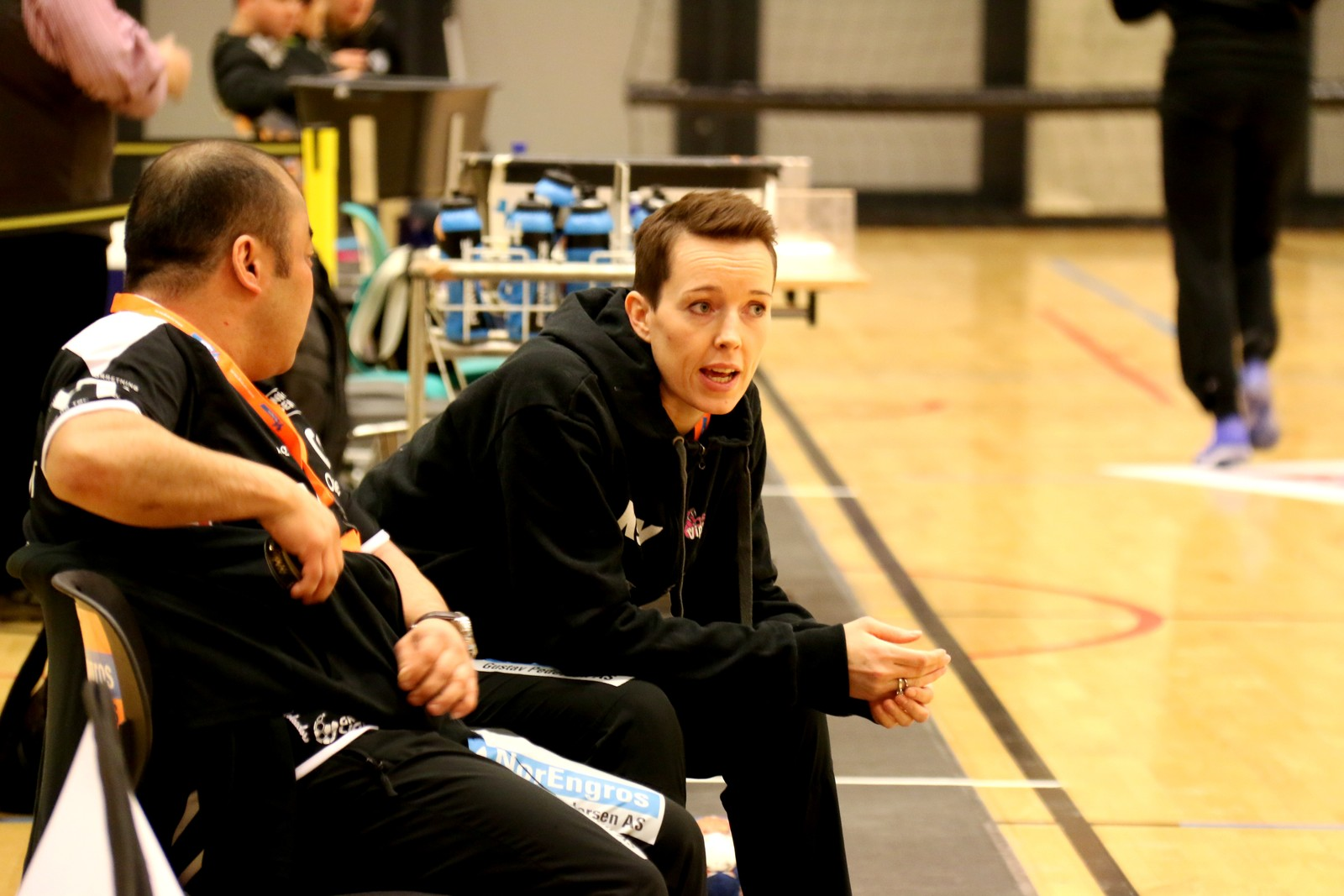 Kristine Lunde Borgersen i samtale med sportsleg leiar Peder Langfeldt.